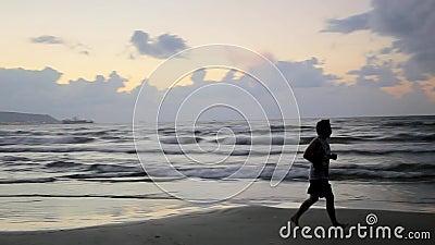 вдоль seashore человека идущего сток-видео