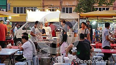 В понедельник люди могут увидеть, как обедают и осматривают ночной рынок Сери Кембанган в понедельник сток-видео