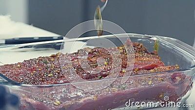 Гастрономическое удовольствие Часть мяса с специями и маслом видеоматериал