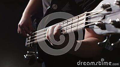 Гитара strums и игр человека электрическая Хорда на гитаре closeup видеоматериал