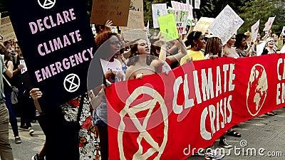 Глобальный климатический удар Тысячи подростков маршируют в центре Чикаго
