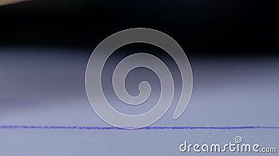 Голубая линия чертежа crayon воска на бумаге акции видеоматериалы