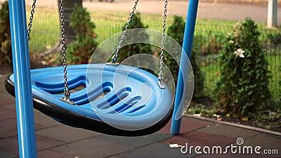 Голубой большой современный круглый пластик повешенный цепь пустого хода на детской площадке в городском парке или на заднем двор видеоматериал