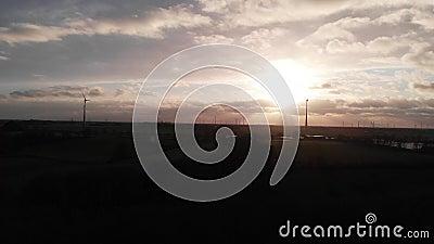 Горизонтально двигая облака на заходе солнца, виде с воздуха акции видеоматериалы