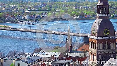 Горизонт Риги, Латвия Вид с воздуха Рига Взгляд панорамы на Риге от башни церков ` s St Peter, Латвии видеоматериал