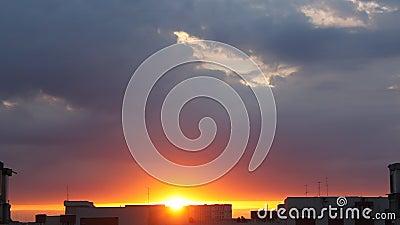 город над восходом солнца сток-видео