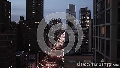 Город на ноче Нью-Йорка nyc небоскреба горизонта ночи освещает эстакаду вида с воздуха акции видеоматериалы