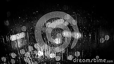 Город освещает как увидено до конца стеклу окна во время дождя Черно-белый отснятый видеоматериал сток-видео