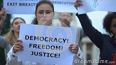Граждане с плакатами, выступающими за справедливость, демократическое голосование за Брексит, свободу акции видеоматериалы