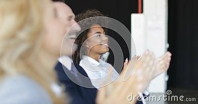Группа в составе бизнесмены аплодируя на встрече конференции, операторы на приеме семинара приветствуя диктора хлопать в офисе акции видеоматериалы
