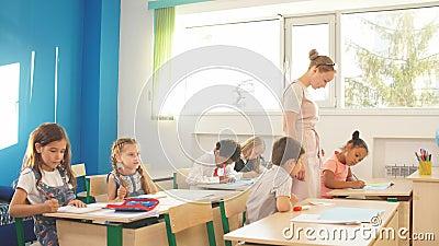 Группа в составе учительницы уча подростки в уроке средней школы акции видеоматериалы