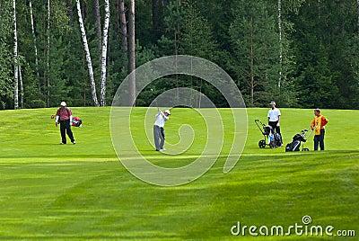 группа игроков в гольф гольфа feeld Редакционное Изображение
