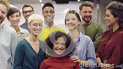 Группа молодых творческих бизнесменов сток-видео