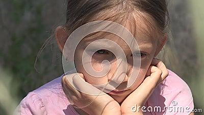 Грустный ребенок получившийся отказ в руинах, несчастная случайная девушка, подавленный плохой ребенк, бродяга видеоматериал