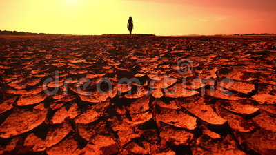 глобальное потепление принципиальной схемы Молодая женщина идя через пустыню видеоматериал