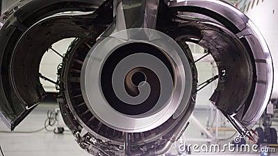 Двигатель самолета под тяжелым обслуживанием воздушные судн разобрали плоскость обслуживания двигателя Шасси самолета видеоматериал
