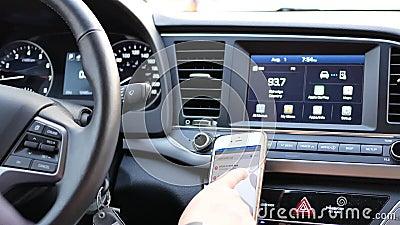 Движение водителя inputting адрес на навигации GPS акции видеоматериалы