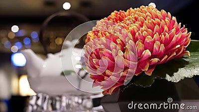 Движение горячего чая и цветок на движении таблицы и нерезкости людей наслаждаются едой внутри ресторана акции видеоматериалы