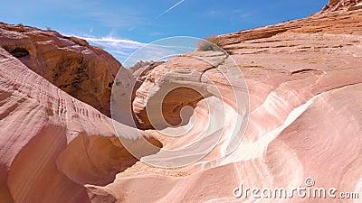 Движение камеры съемки на сухом ущелье с ровными и волнистыми утесами красного каньона 4K акции видеоматериалы