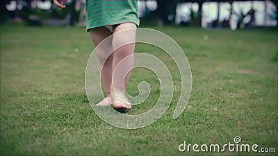 Двухлетний мальчик малыша идет на лето на зеленой травы движение медленное Clouse вверх акции видеоматериалы