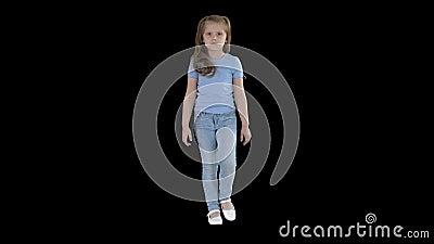 Девочка в джинсах и в синей футболке, альфа-канал видеоматериал