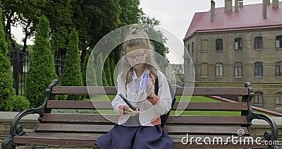 Девочка младшего школьного возраста с очками в школьной форме. Начало слова акции видеоматериалы