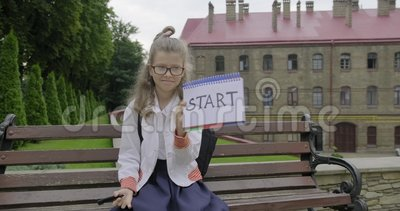 Девочка младшего школьного возраста с очками в школьной форме. Начало слова видеоматериал
