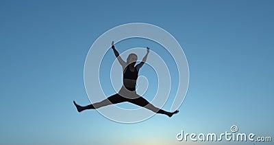 Девочка прыгает высоко на трамполе На небе Активный образ жизни акции видеоматериалы
