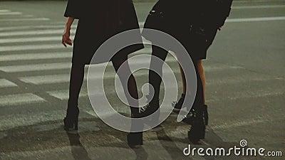 Девушек город улицы ночи праздничного настроения вне идя сток-видео