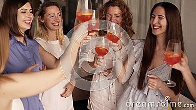 6 девушек стоя в близком круге и связывая Празднующ, выпивая напитки от стекел cheers indoors акции видеоматериалы