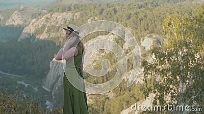 Девушка в горах видеоматериал