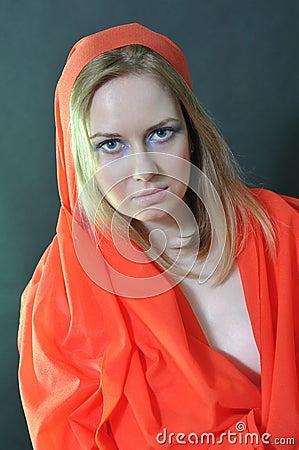 Девушка в красной ткани