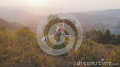 Девушка в платье на заходе солнца акции видеоматериалы