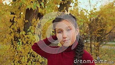 Девушка, держащая листья и притворяющаяся принцессой акции видеоматериалы