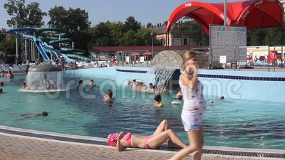 Девушка загорая на бассейне сток-видео