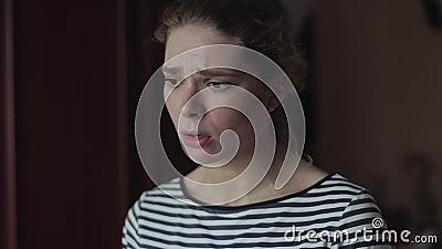 Девушка спорит с ее парнем Она эмоционально расстроена сток-видео