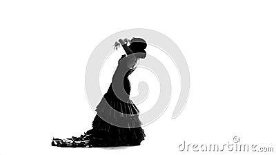 Девушка танцует фламенко грациозно двигая ее руки Белая предпосылка силуэт сток-видео