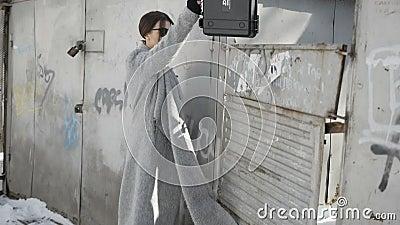 Девушка шаркает случай о загородке акции видеоматериалы