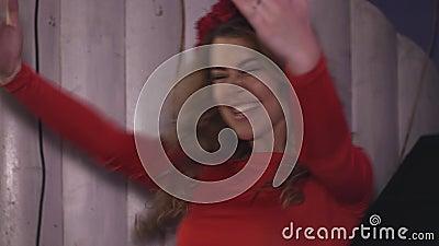Девушка Dj в красных руках повышения платья на turntable в ночном клубе Производительность cheer акции видеоматериалы