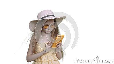 Девушка Fansy пристрастившийся кавказская просматривает мобильный телефон акции видеоматериалы