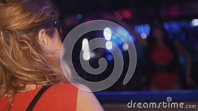 Девушка Mc и девушка Dj в масках зайцев танцуют на turntable, этапе в ночном клубе cheer сток-видео
