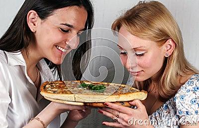 Девушки & итальянка пиццы