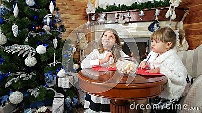 Девушки пишут письма к santa, волшебное время рождества, желания приходят верно, посещение Санта Клаус детей сток-видео