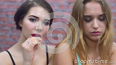 2 девушки сексуальной едят свежую красную венису в нижнем белье сок Губа укуса наслаждение видеоматериал