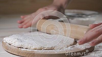 Делать пиццу или тесто из пирога, зажав руки мужчин на кондитерской кухне акции видеоматериалы