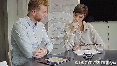 Деловые люди работают вместе на цифровом планшете сток-видео