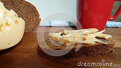 Деревянная доска падает съемка замедления сыра, швейцарец, молокозавод акции видеоматериалы