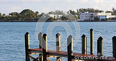 Деревянная пристань и роскошные дома в Miami Beach сток-видео