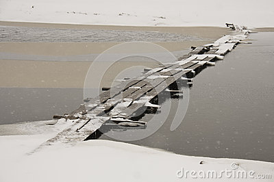 Деревянный мост в снежке