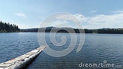 Деревянный пандус, ведущий в озеро видеоматериал